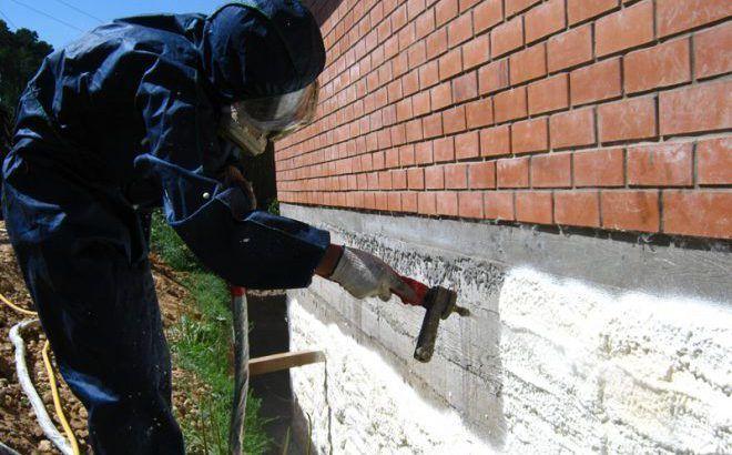 Напыление полиуретановой пены на фундамент