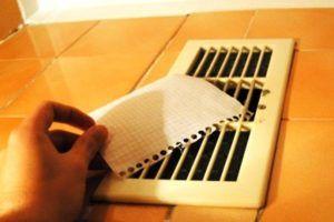 Прислонить листок бумаги к вытяжке, чтобы посмотреть насколько хороша тяга