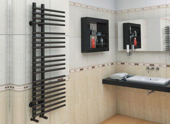 Черный полотенцесушитель в ванной